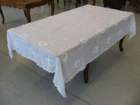 Tovaglia antica in cotone bianca, con intarsi ad uncinetto. Cod. 2054