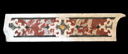 Pannello in marmo antico intarsiato. Epoca 1700.