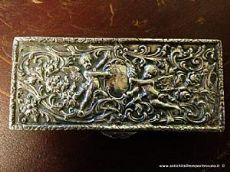Antica scatolina sbalzata in argento