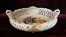 Piccolo cestino in ceramica italiana, dipinto a mano