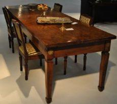 Tavolo in legno di noce con gambe troncopiramidali con collarino sotto la fascia del piano due cassetti da una parte manifattura Lombarda dell'inizio dell'800 cm.82 x 293 x 92