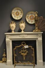 camno neoclassico francese di piccole dimensioni,con sopra coppia di vasi ginori meta ottocento