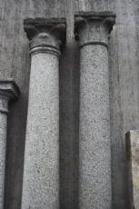 Colonne in granito con capitelli