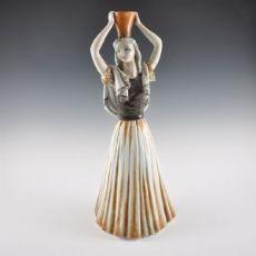 Figura di donna con vaso Cacciapuoti