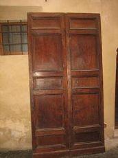 Große Tür aus massivem Nussbaum