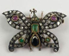 Spilla in oro e argento a forma di farfalla  con diamanti , smeraldi , rubini e zaffiro. Primi del 900