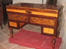 Meraviglioso mobile a giorno, scrittoio e trucco , finemente lastronato ed intarsiato con vari legni