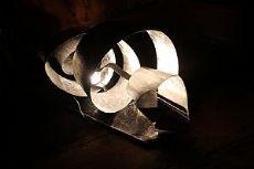 Lampada a nastro in alluminio Wirlwind realizzata dall'artista Simona Ambrosini