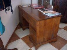 scrivania in massello di noce veneta seconda metà del700 a 7 cassetti in patina e in buono stato di conservazione