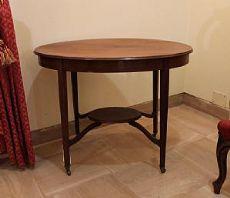 Table basse ovale avec quatre pieds fuselés