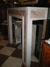 Chimenea de mármol de Carrara con listrature insertada en el frente y los lados se levantó en contra de Sicilia, hecha con elementos antiguos neoclásicos