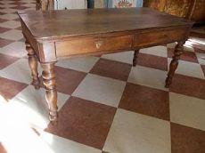 Tabla con Louis Philippe escritorio en madera maciza de nogal, con cuatro patas torneadas y dos cajones frontales extraíbles, pátina para ser restaurado