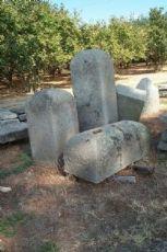 """Quelques anciens soubassements de porte en pierre. Epoca 1700."""""""