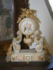 """在雪花石膏仿古时钟。时代报1800。"""""""