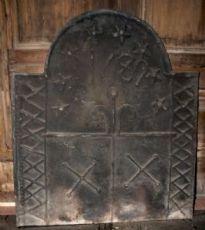 Placa P127 chimenea de hierro fundido de fecha 1689, mis. 71 cm x 82 alt.