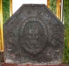 p133  piastra in ghisa  da camino con mascherone, mis. cm 77 x 78