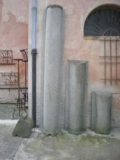 Due lesene a mezza colonna cilindrica  in pietra di Sarnico, neoclassiche, una intergra l'altra in 3 pezzi