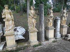 Quattro statue in pietra raffiguranti le quattro stagioni