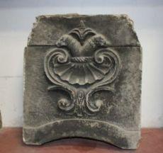 """manteau des bras en pierre ancienne. Epoca 1400."""""""