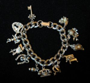 American costume jewelry bracelet with Charms - Article 1598/01