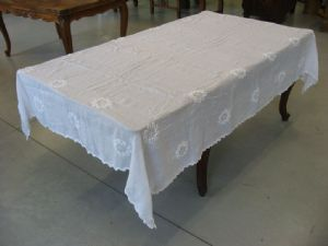 ancient tablecloth in white cotton with crochet inlays. Cod. 2054