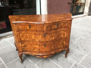 """Hermosa comoncino en madera de nogal y nogal burl se trasladó a la parte frontal y los lados. Venecia del siglo XVIII"""""""
