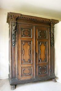 Importante armadio in legno di noce Emilia-Lombardia Sec. XVII