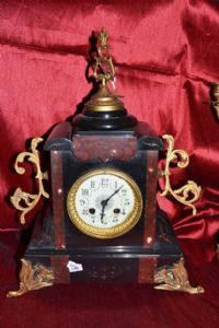 """Horloge avec des lustres en bronze et marbre Napoléon III marqué avec la clé"""""""