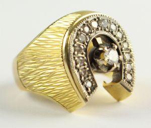 Anello in oro con diamanti taglio brillante , anni 40.