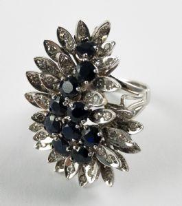 Anello in oro bianco con diamanti e zaffiri, anni 60