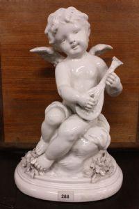 """Statua in porcellana di putto con mandolino firmata """"S.KINSBURGER"""" e marchiata."""