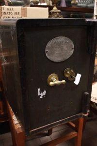 Cassaforte originale inglese con stemma con chiave funzionante fine '800 XIX sec