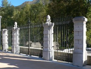 Pilastri da cancellata in pietra chiara