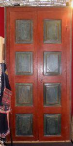Tür mit Walnuss-Rahmen in Tempera gemalt.