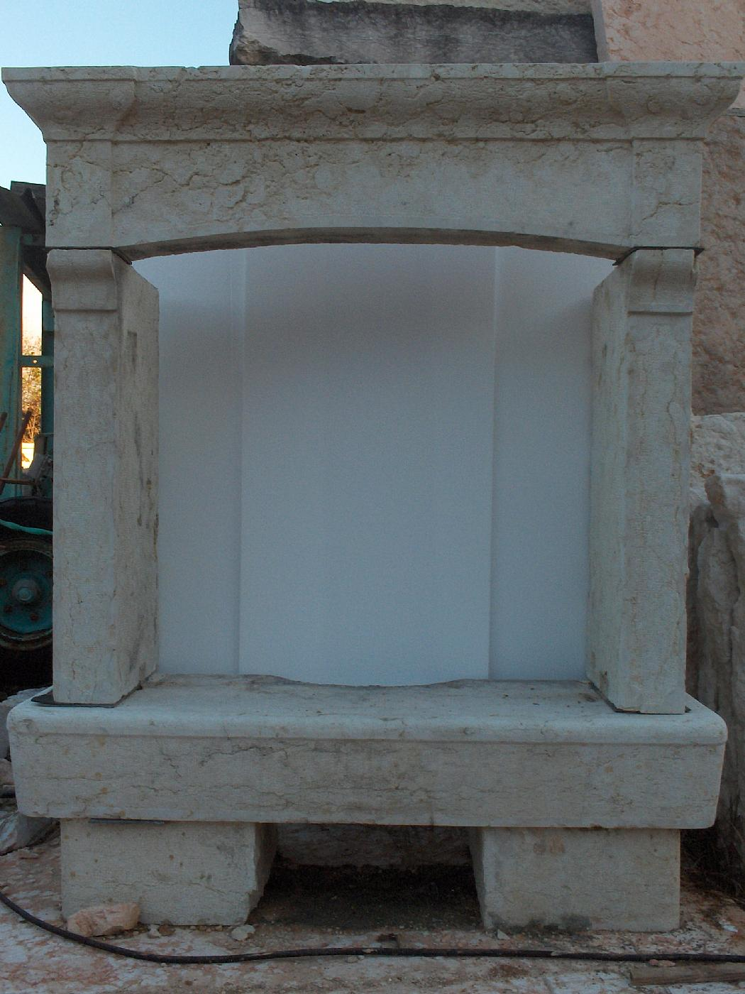 camino in Pietra bianca di Verona