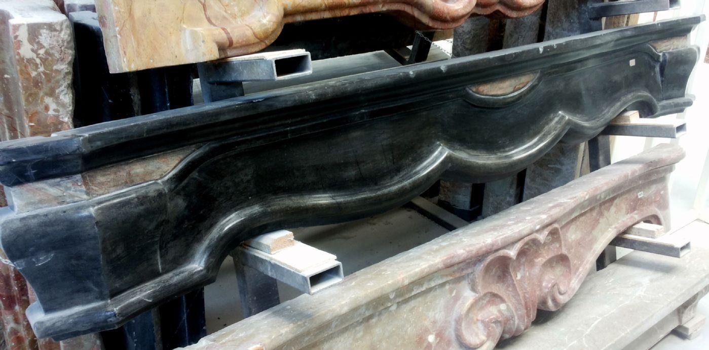 Camino lombardo in marmo nero con intarsi Antiquariato su Anticoantico