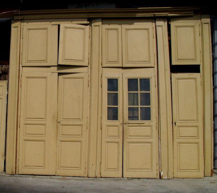 Boiserie con porta a vetri e armadi antiquariato su - Armadi a parete ...