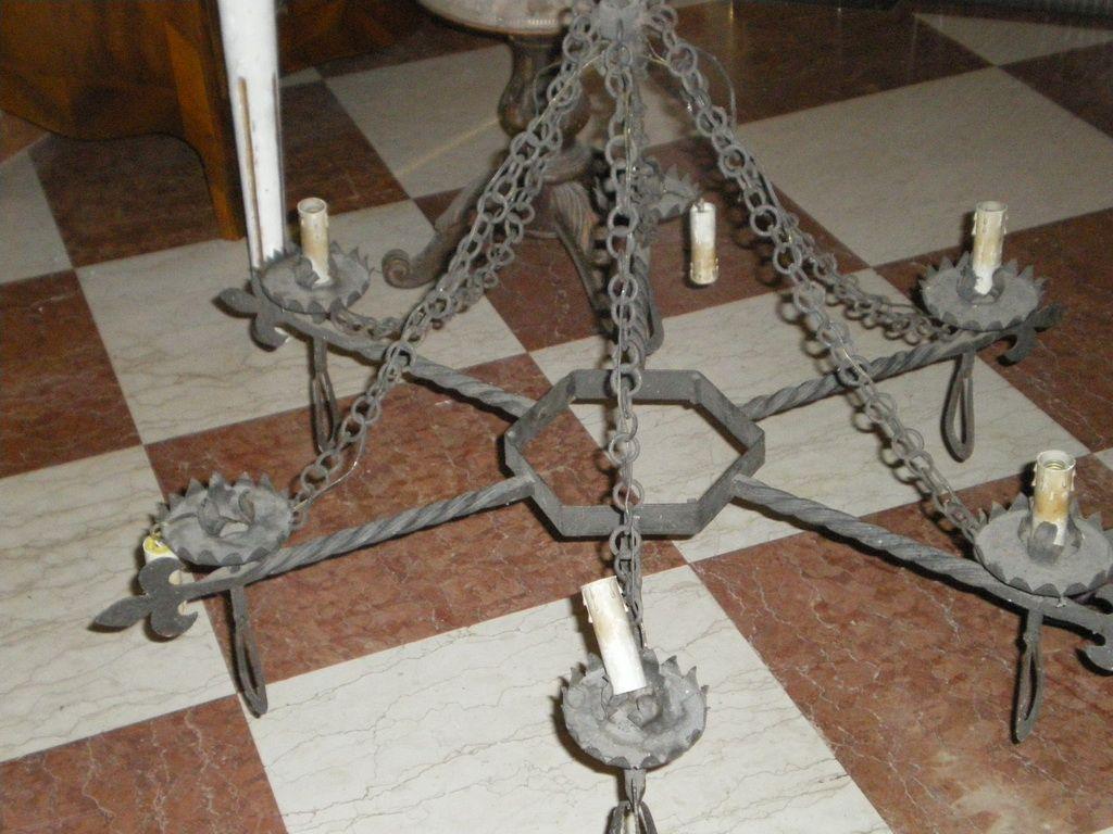 Lampadario in ferro battuto a sei luci in stile neogotico dell800 ...