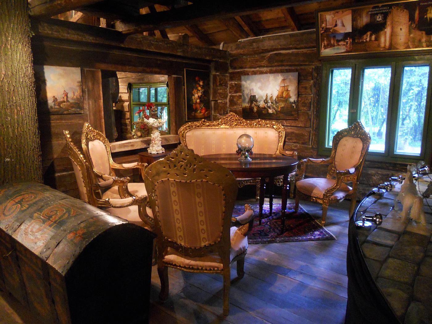 Elegante salotto in legno dorato e intagliato antiquariato for Mobili salotto legno