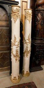 dars242 coppia di colonne lignee laccate con sculture dorate