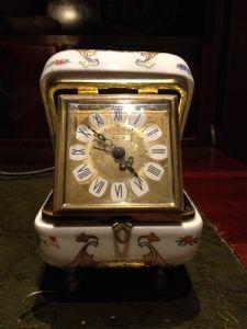 Orologio sveglia revisionato e funzionante. Custodito in cofanetto in porcellana decorata.