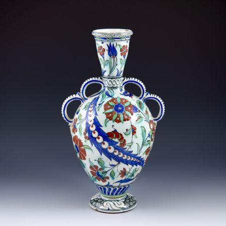 Vaso con anse bilobate <br>e motivi floreali in stile <I>Iznik</I> <br>Manifattura Cantagalli <br>Firenze, 1890-1895 circa
