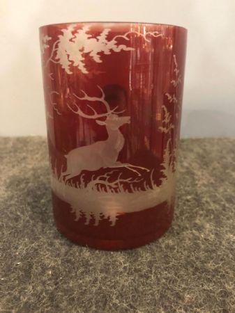 Boccale in cristallo di boemia periodo Biedermeier con incisa scena di caccia con cervo.