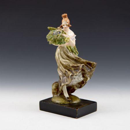 Figura di donna <I>Colpo di vento</I> con mazzo di fiori <br>Guido Cacciapuoti, Manifattura Cacciapuoti <br>Milano, anni '30/'40