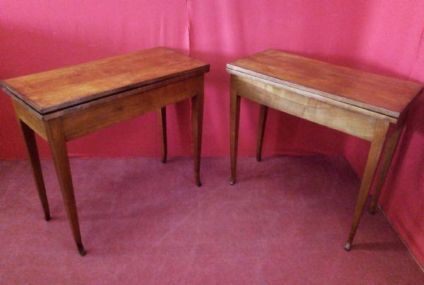 Coppia di tavolini da gioco in ciliegio