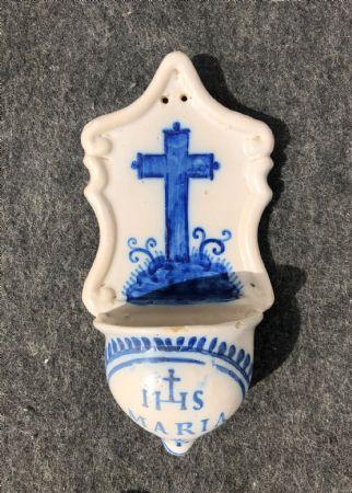 Acquasantiera conventuale in maiolica decorata con croce e simbolo Bernardiniano.Liguria.