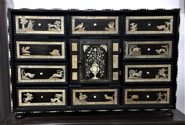 Monetiere in ebano violetto e palissandro con intarsi in avorio