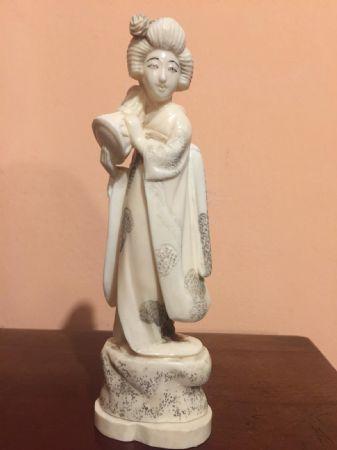 Statuetta in avorio raffigurante donna orientale