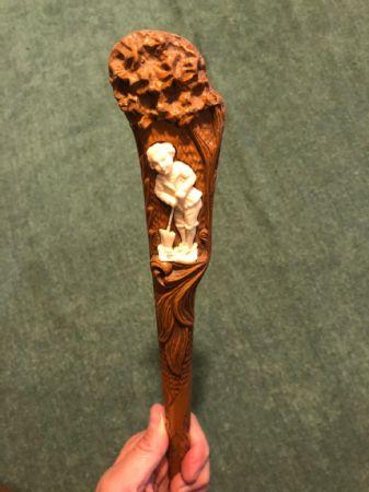 Bastone con pomolo in legno con bassorilievo in avorio raffigurante figura maschile con vanga.