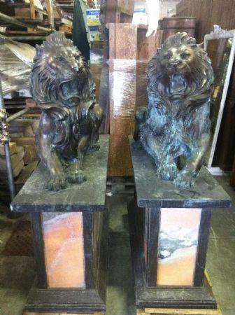 leoni in bronzo con basi in marmo